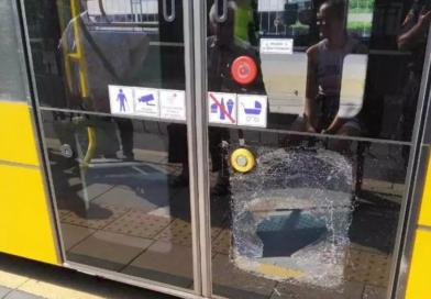 Kobieta zdewastowała drzwi tramwaju